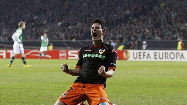 David Villa se v dresu Valencie raduje z branky do sítě Werderu Brémy.