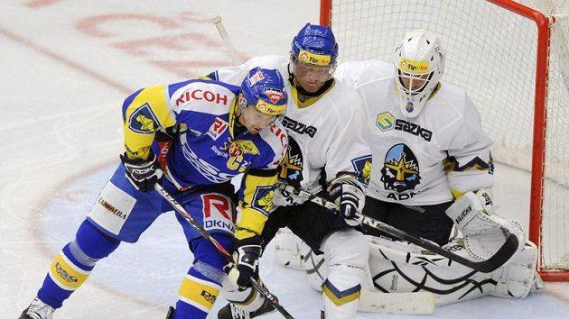 Útočník Zlína Petr Čajánek a kladenský obránce Milan Toman se přetlačují před brankářem Janem Cháberou.