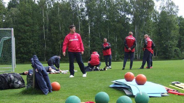Trenéři Sparty během přípravy ve Františkových Lázních, na hráče čekají obávané medicinbaly.