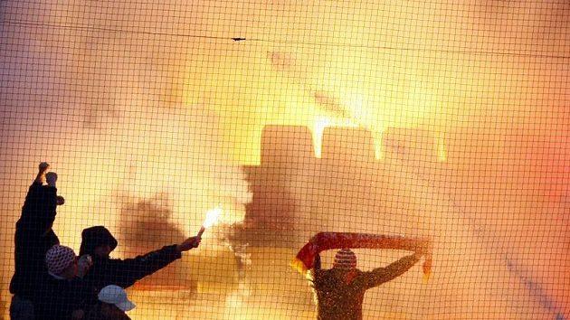 Fanoušci Slavie a jejich pyrotechnické efekty v Příbrami.