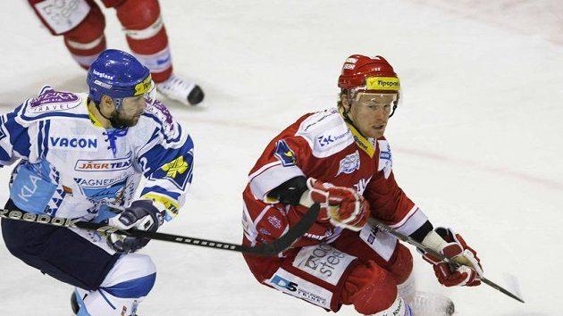 Jiří Bicek z Kladna (vlevo) atakuje Martina Adamského z Třince.