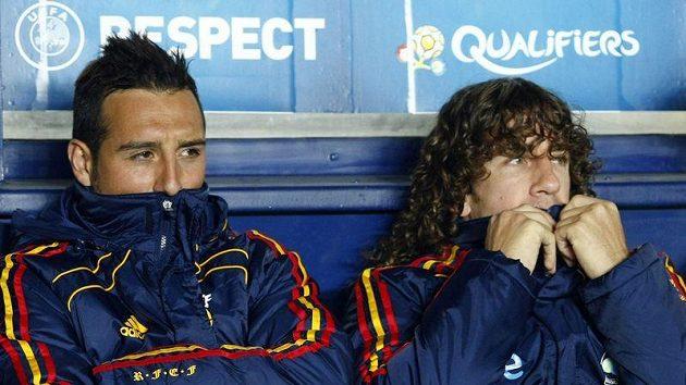 Španělé Cazorla a Puyol se zahřívají na lavičce v utkání s Českou republikou.
