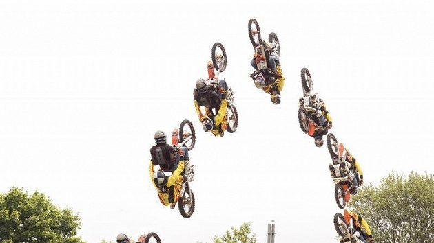 Freestylový motocyklista Petr Pilát (ve žlutém) a pilot Martin Šonka během tandemového skoku na motorce.