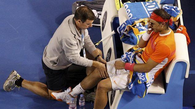 Rafael Nadal ošetřovaný během čtvrtfinále Australian Open