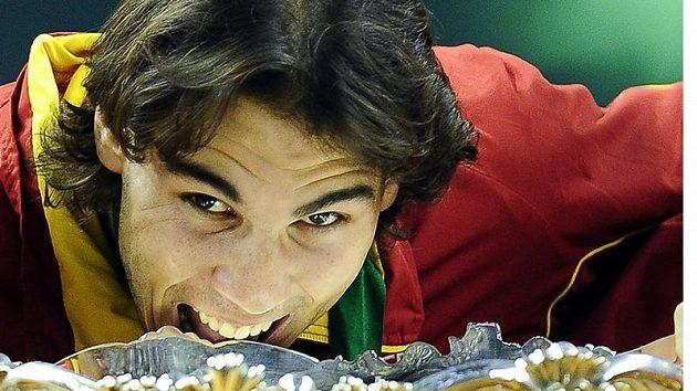 """Rafael Nadal se zakusuje do """"Mísy na salát"""" po výhře španělských tenistů nad Českem ve finále Davis cupu v Barceloně."""