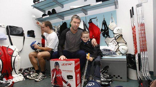 Petr Nedvěd s malým hokejistou na srazu hokejové reprezentace