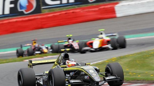 Charouzova Formule Renault při závodě.