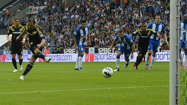 Frank Lampard proměňuje penaltu proti Wiganu.