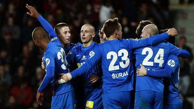 Fotbalisté Liberce se radují z branky.