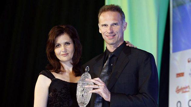 Hokejista extraligové sezóny 2009/10 Dominik Hašek se svou manželkou.