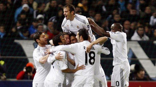 Fotbalisté Realu Madrid se radují z branky do sítě Olympique Marseille.