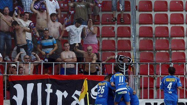 Fotbalisté Plzně oslavují branku na hřišti Sparty