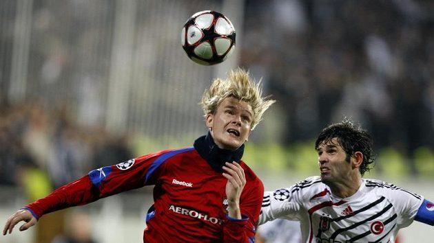 Miloš Krasič z CSKA Moskva (vlevo) v souboji s Ibrahimem Uzulmezem z Besiktas Istanbul