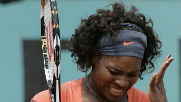 Americká tenistka Serena Williamsová reaguje na jeden z míčků během čtvrtfinále French Open proti Světlaně Kuzněcovové z Ruska.