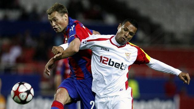 Luis Fabiano ze Sevilly (vpravo) bojuje o míč s Vasilem Berezuckým z CSKA Moskva.
