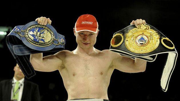 Lukáš Konečný s pásy pro profesionálního mistra Evropy a interkontinentáoního šampióna organizace WBO.