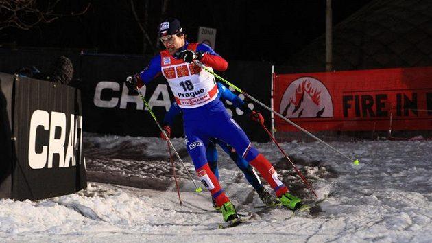 Lyžař Dušan Kožíšek během semifinálového sprintu Tour de Ski v Praze na Strahově