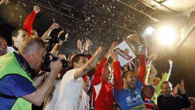 Fotbalisté Plzně se radují ze zisku titulu.
