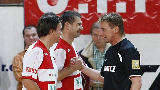 Vladimír Šmicer a Pavel Kuka si podávají ruce s Horstem Sieglem.