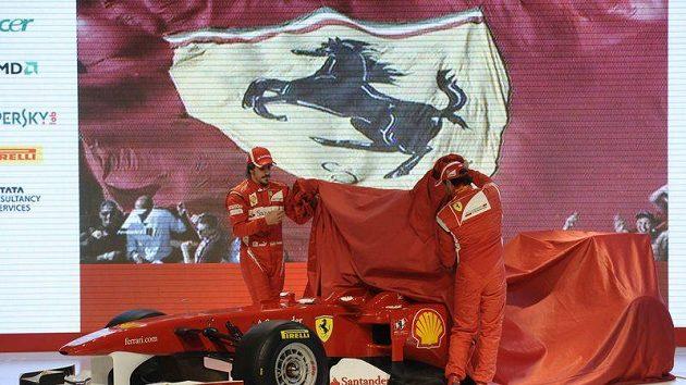 Fernando Alonso (vlevo) a Felipe Massa odhalují monopost Ferrari F150 pro sezónu 2011.