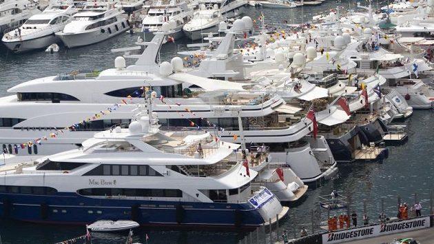 Luxusní jachty kotví v těsné blízkosti monacké trati.