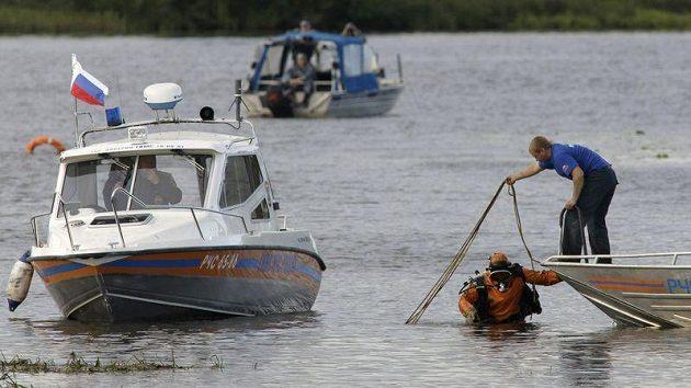 Záchranáři zjišťují okolnosti po havárii ruského letadla, ve kterém byli hokejisté Jaroslavle.