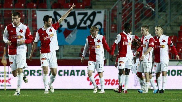 Jiří Koubský se raduje se spoluhráči ze Slavie z gólu do sítě Baníku na 1:0.
