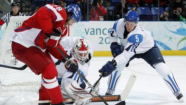 Jaromír Jágr (vlevo) se snaží překonat finského brankáře Miikku Kiprusoffa.