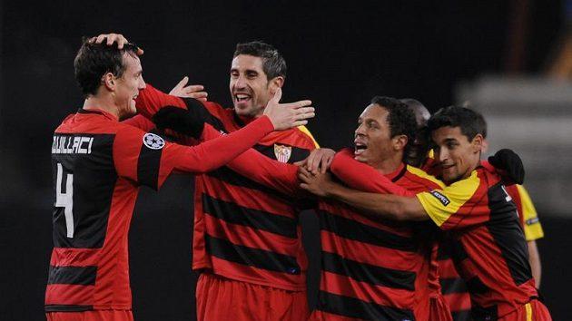 Fotbalisté Sevilly se radují z branky do sítě Stuttgartu.