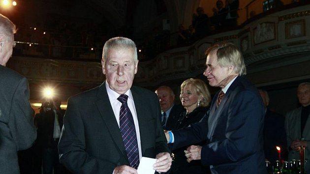 Mezi gratulanty k 80. narozeninám Josefa Masopusta nechyběl ani někdejší spoluhráč fotbalové legendy z Dukly a pozdější redaktor Práva Ivo Urban.
