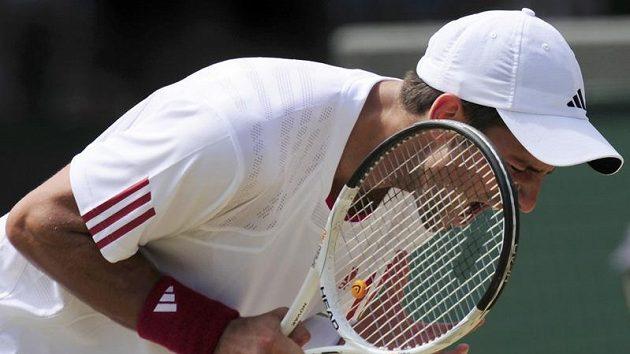 Srbský tenista Novak Djokovič reaguje na jednu z výměn během čtvrtfinálového duelu Wimbledonu proti Tommy Haasovi.