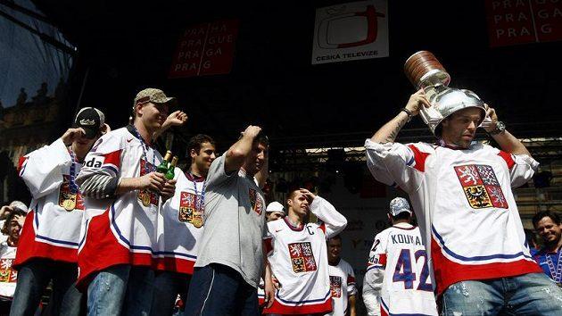 Čeští hokejisté slaví na Staroměstském náměstí, s pohárem Jakub Klepiš