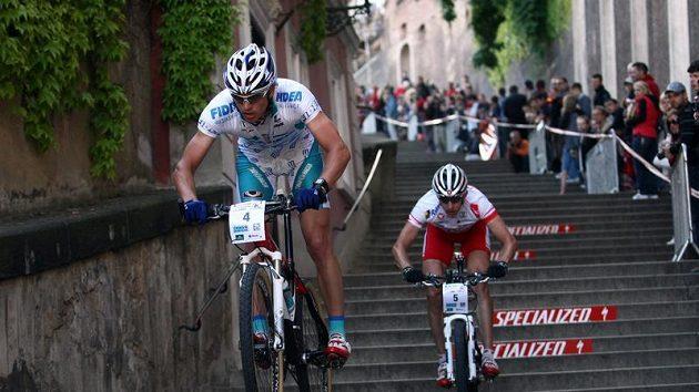 Zdeněk Štybar (vpředu) a Rakušan Christoph Soukup při závodu Pražské schody