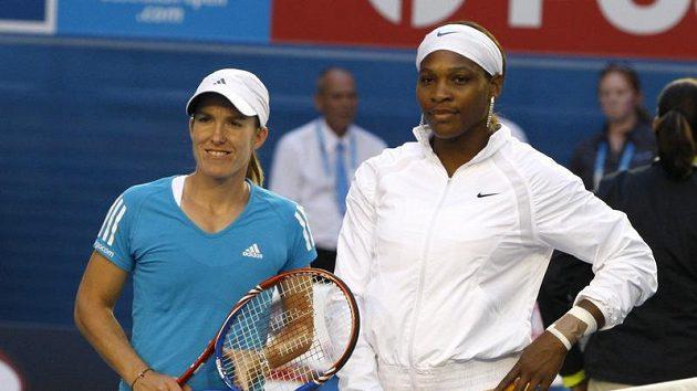 Belgičanka Justine Heninová (vlevo) a Američanka Serena Williamsová před finále Australian Open