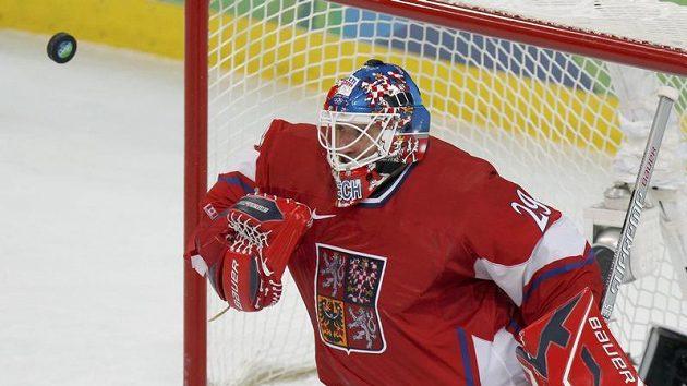Tomáš Vokoun zasahuje ve čtvrtfinálovém utkání olympijského turnaje proti Finsku.