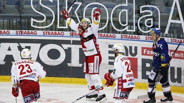Tomáš Micka (uprostřed) oslavuje jednu z branek Slavie