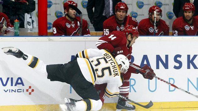 Boychuk z Bostonu (vlevo) v souboji s Pyattem z Phoenixu ve druhém pražském utkání NHL.