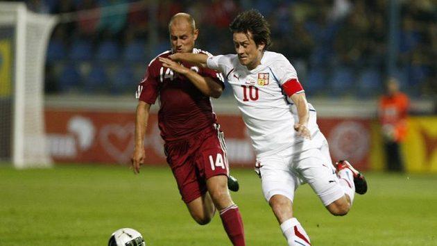 Tomáš Rosický bojuje o míč s Pereplotkinsem z Lotyšska.