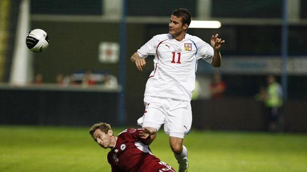 Daniel Pudil bojuje o míč s Rafalskisem z Lotyšska.