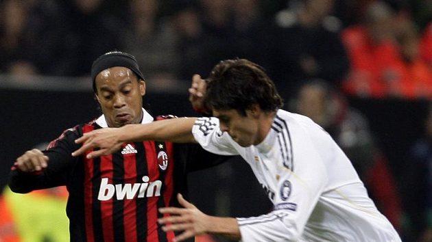 Ronaldinho z AC Milán (vlevo) v souboji s Kaká v dresu Realu Madrid.
