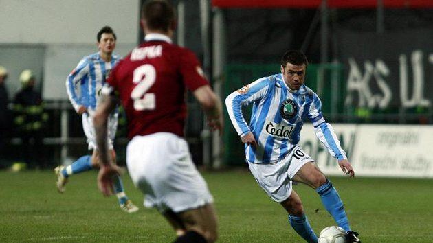 Tomáš Řepka ze Sparty se připravuje na útok Marka Kuliče v dresu Mladé Boleslavi.