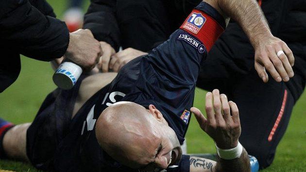Lyonský fotbalista Cris je ošetřován v úvodním duelu semifinále Ligy mistrů na trávníku Bayernu Mnichov.