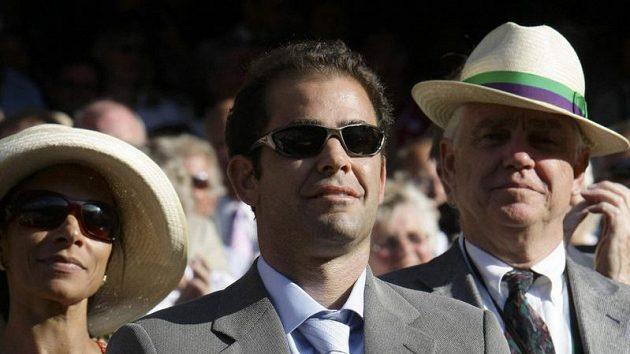 Bývalý americký tenista Pete Sampras sleduje předávání trofeje pro vítěze Wimbledonu do rukou Rogera Federera.