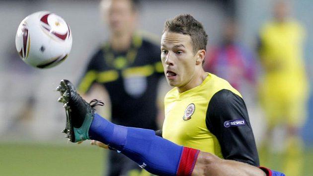Noha Vasilije Berezuckého z CSKA Moskva v cestě sparťana Jakuba Podaného.