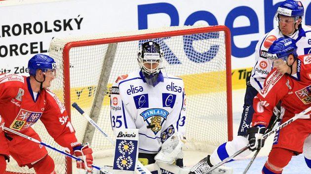 Útočník Roman Červenka (vlevo) a obránce Ondřej Němec se zkouší prosadit před brankou Finska na Českých hokejových hrách
