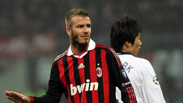 Milánský David Beckham během utkání proti svému mateřskému Manchesteru United.
