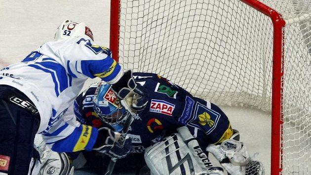 Plzeňský Michal Dvořák se snaží propasírovat puk za brankáře Liberce Marka Pince v pátém utkání čtvrtfinále play-off.