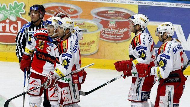 Hokejisté Slavie Praha oslavují gól