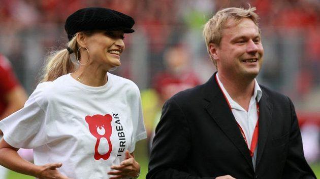 Slavnostní výkop derby obstarala Tereza Maxová, vpravo Ondřej Zlámal, tiskový mluvčí Slavie.