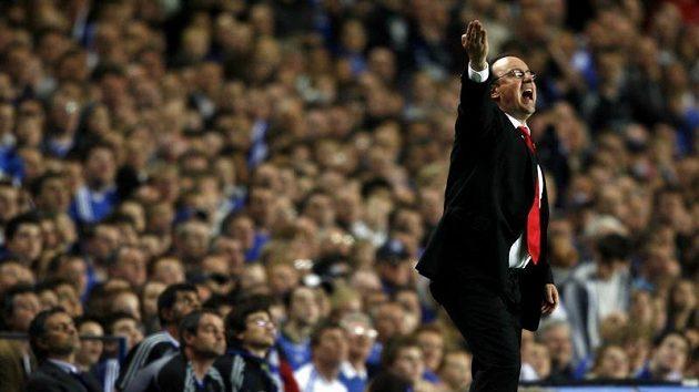 Trenér Liverpoolu Rafael Benítez udílí pokyny svým svěřencům během druhého poločasu semifinále Ligy mistrů.
